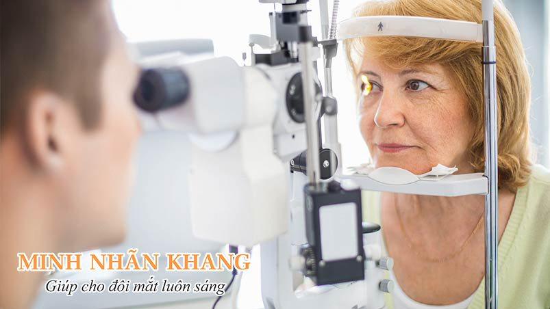Khám mắt trước khi phẫu thuật đục thủy tinh thể rất quan trọng